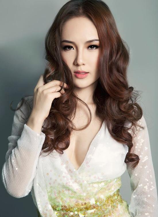 Kết hợp cùng chiếc váy đính kim sa nữ tính, ca sĩ Phương Linh cũng chọn cách tạo kiểu xoăn bồng bềnh từ giữa thân đến đuôi tóc. Bằng cách dùng xịt giữ kiểu mềm mại sau khi uốn tóc vào nếp, bạn gái sẽ có ngay kiểu tóc ưng ý để diện cùng nhiều loại trang phục khác nhau.