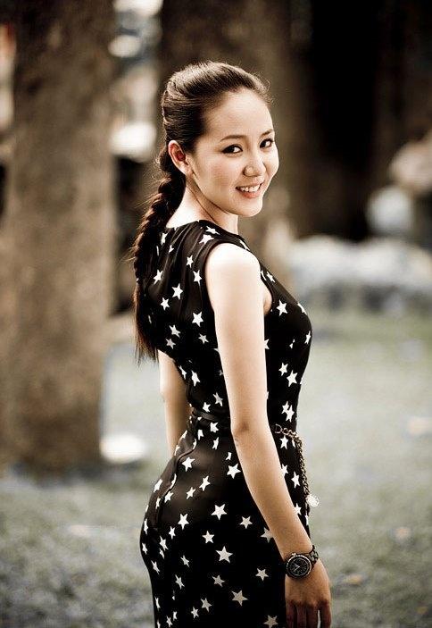 Khi xuất hiện trong trang phục váy họa tiết đơn giản hàng ngày, cô tỏ ra khá yêu thích kiểu tóc tết gọn gàng.