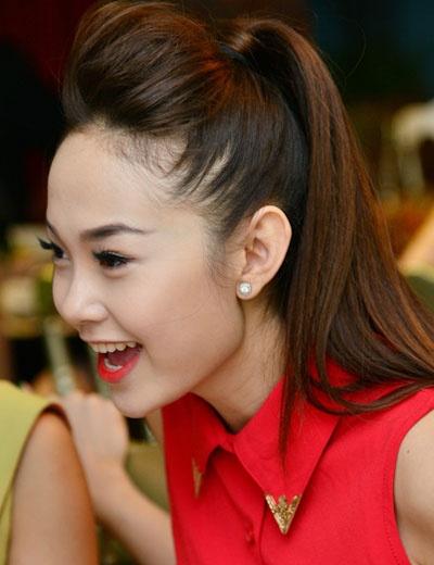 Để biến tấu với tóc dài, bạn gái cũng có thể cột tóc cao lên kết hợp cùng mái bới phồng để khoe những nét thanh tú trên gương mặt.