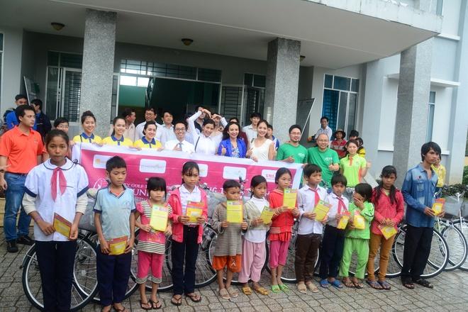 Hoa hau Viet Nam cung Nam A Bank huong ve Khanh Hoa hinh anh 2 Đoàn từ thiện chụp hình kỉ niệm cùng các em thiếu nhi tại xã Khánh Đông, tỉnh Khánh Hòa.