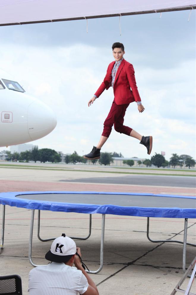 """Top 7 Next Top Model vat va lam toc tren may bay hinh anh 10 Quang Hùng là thí sinh thể hiện tốt buổi chụp ảnh tập 8. Với những kinh nghiệm từng làm người mẫu, nhất là """"nàng thơ"""" của NTK Đỗ Mạnh Cường, anh dễ dàng thích ứng với không gian buổi chụp."""