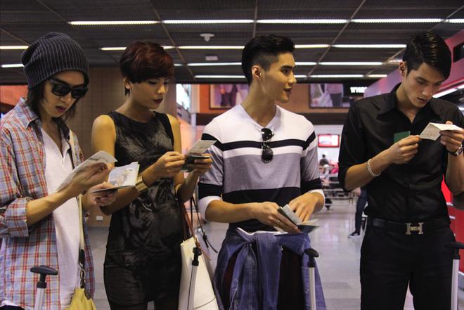 Top 7 Next Top Model vat va lam toc tren may bay hinh anh 1 Tập 8 Vietnam's Next Top Model 2014 đưa 7 thí sinh đến Thái Lan, nơi có những thử thách cam go chờ đợi 7 gương mặt xuất sắc nhất mùa giải. Tại đây, 4 chàng trai và cô gái thử sức với chủ đề chụp ảnh trên không trung và trải qua buổi casting đầy căng thẳng với các nhà thiết kế Thái Lan. Lần đầu trải nghiệm với việc chụp ảnh tại sân bay và casting trực tiếp với NTK, họ tỏ ra khá lúng túng và hồi hộp. Trong ảnh, các chàng trai cô gái mùa giải thứ 5 cầm trên tay những tấm vé máy bay bắt đầu khởi động hành trình tập 8 của mình.