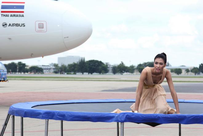 Top 7 Next Top Model vat va lam toc tren may bay hinh anh 5 Oanh Nguyễn là thí sinh gặp nhiều khó khăn ở phần thi này. Ngay khi bước lên bàn lò xo, cô đã tỏ ra lúng túng vì không giữ được thăng bằng.