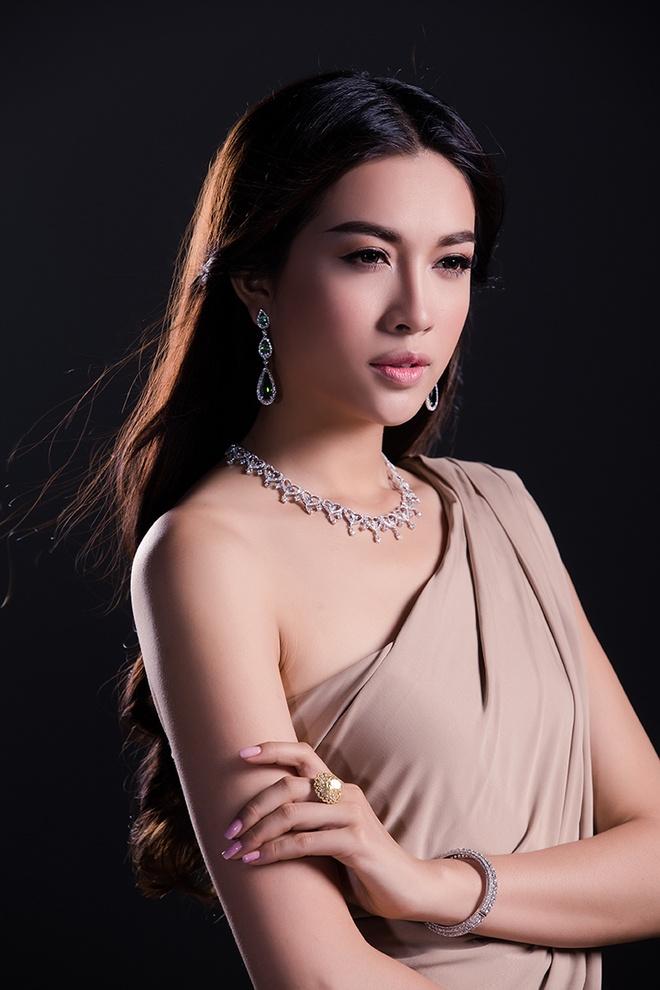 Rang ngoi tiec xuan voi trang suc kim cuong hinh anh 3 Hoa tai dáng dài phù hợp với thiết kế vòng cổ cầu kỳ, hạt kim cương đính kết tinh tế.