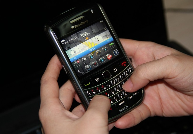 Blackberry 9650 nhap tu My gia 1,3 trieu hut khach hinh anh