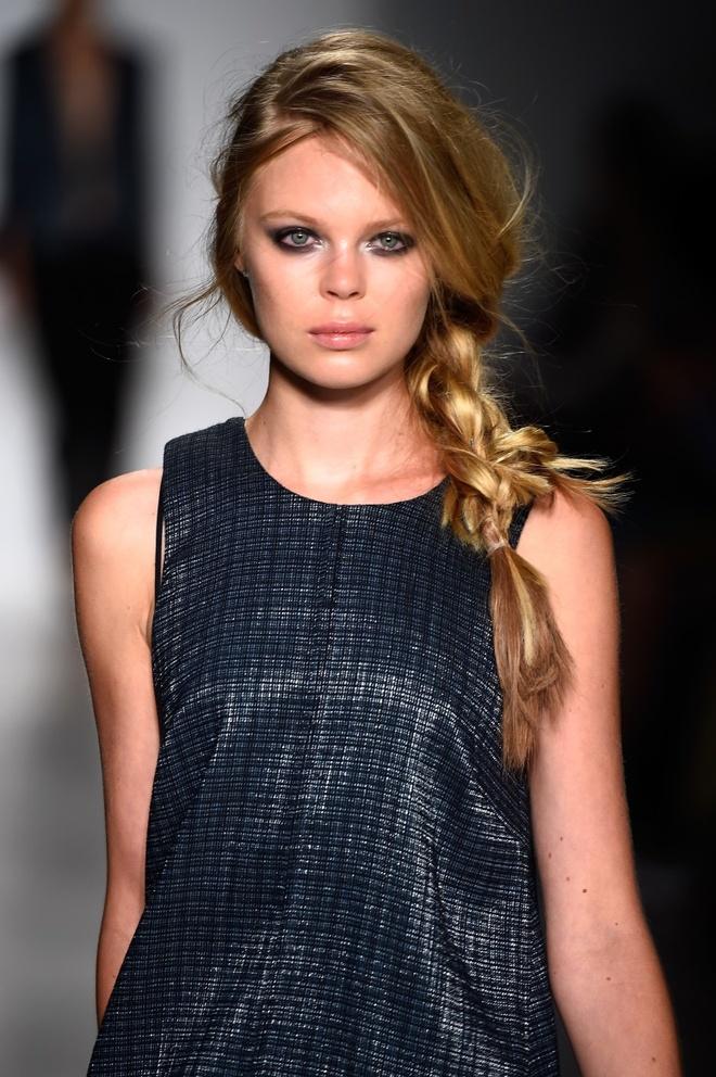 Meo tao kieu toc sang trong nhu New York Fashion Week hinh anh 1 Kiểu tóc tết lệch đã góp phần không nhỏ trong việc truyền tải thông điệp từ BST của NTK Marissa Webb.