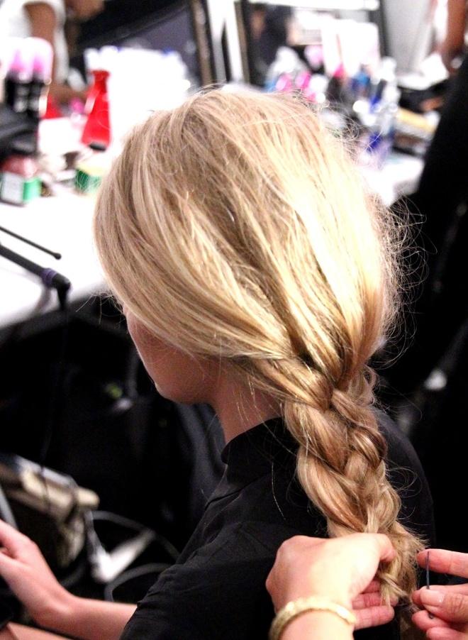 Meo tao kieu toc sang trong nhu New York Fashion Week hinh anh 2 Kiểu tóc tết lệch cần đảm bảo độ phồng vừa phải mà vẫn chắc chắn.