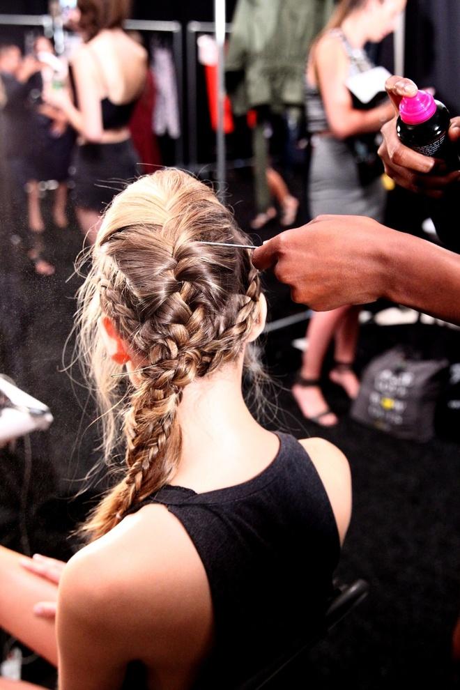 Meo tao kieu toc sang trong nhu New York Fashion Week hinh anh 3 Sử dụng xịt giữ nếp TRESemmé Extra Hold để cố định phần tóc tết.