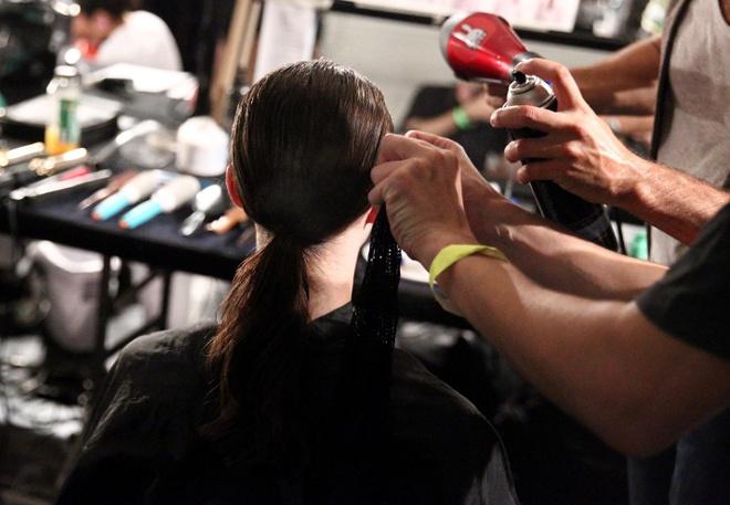 Meo tao kieu toc sang trong nhu New York Fashion Week hinh anh 7 Chỉ với một vài bước đơn giản, bạn gái đã có thể tự tạo kiểu tóc đuôi ngựa hiện đại và năng động ngay tại nhà.