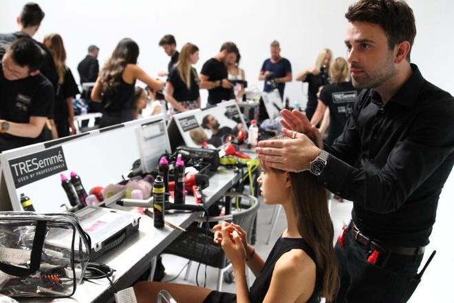 """Meo tao kieu toc sang trong nhu New York Fashion Week hinh anh 4 Matthew Curtis là cái tên được nhiều nhà thiết kế """"chọn mặt gửi vàng"""" cho BST của mình như Dolce&Gabbana, Ralph Lauren, Falguni&Shane Peacock và Marc Jacobs."""