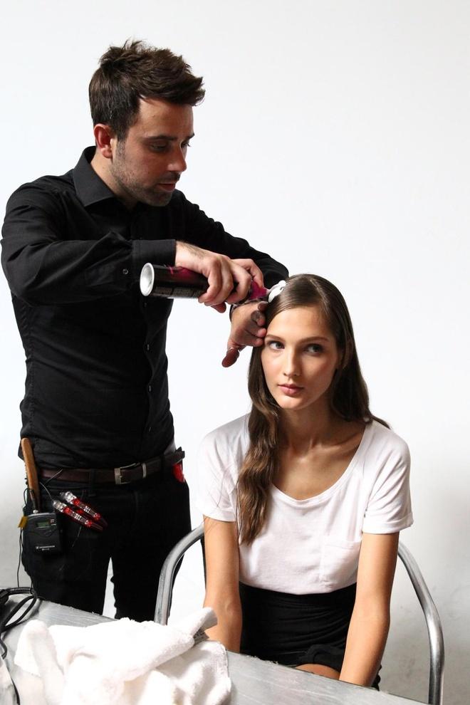Meo tao kieu toc sang trong nhu New York Fashion Week hinh anh 5 Phái đẹp sẽ dễ dàng tạo kiểu hơn với mousse tạo kiểu TRESemmé Extra Control.