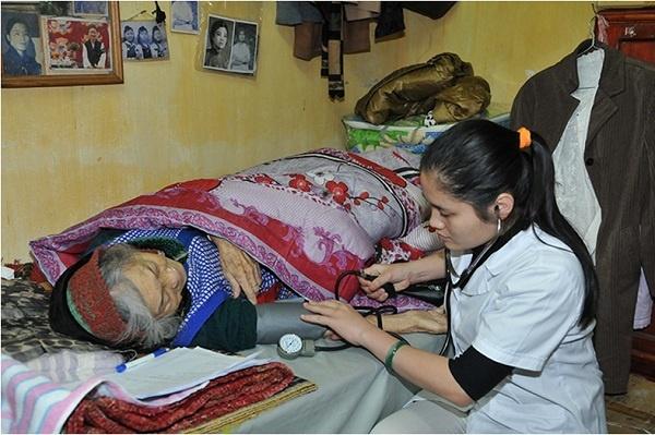 Thăm khám bệnh cho các cụ già tại trung tâm.
