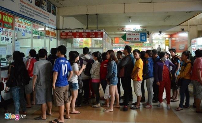 Khách xếp hàng mua vé xe ở bến xe miền Đông.