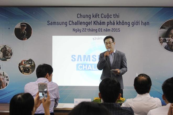 Video cha con gay xuc dong gianh giai di Han Quoc hinh anh 1 Sau hơn 2 tháng phát động, Samsung Challenge! đã nhận được hơn 160 bài dự thi, với nhiều sản phẩm khác nhau từ video, ảnh, file trình chiếu... Đây đều là những sản phẩm chất lượng, được làm công phu. Ban giám khảo đã chọn ra 20 tác phẩm, sau đó tìm kiếm 5 bài xuất sắc nhất vào chung kết. Đến tham dự sự kiện, Ông Kim Cheol Gi, Tổng giám đốc công ty Điện tử Samsung Vina gửi lời chúc mừng đến các thí sinh trong vòng chung kết. Ông cũng đánh giá cao tinh thần học hỏi và sáng tạo của giới trẻ Việt Nam.