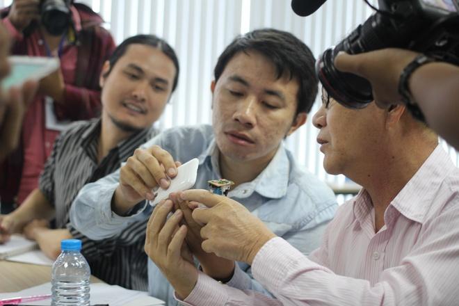 Video cha con gay xuc dong gianh giai di Han Quoc hinh anh 10 Anh còn kỳ công làm một sản phẩm, giúp gắn điện thoại với xe máy, cho phép định vị, chống trộm.