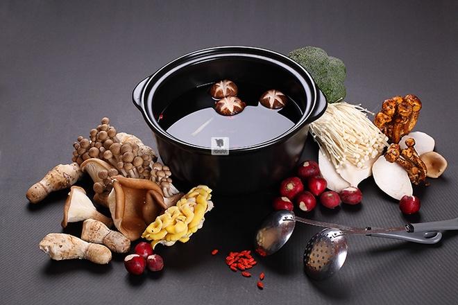 Ninh xương sau 48 tiếng, đầu bếp của Ashima nâng vị ngọt tươi mát của canh nấm đặc biệt để loại nước dùng này quyện với vị đậm đà mà mát dịu của các loại nấm quý, kỷ tử, táo đỏ và đẳng xâm và thuốc bắc.