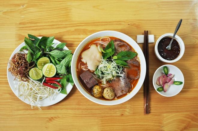 Kham pha huong vi me hoac cua Bun bo Hue tai Bun Viet hinh anh