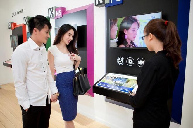 Thuy Tien va Cong Vinh tinh tu trong biet thu trieu do hinh anh 10 Cặp đôi đã đi tới showroom của K+ ở quận 1, TP.HCM để đăng ký gói dịch vụ truyền hình đẳng cấp cho tổ ấm mới.