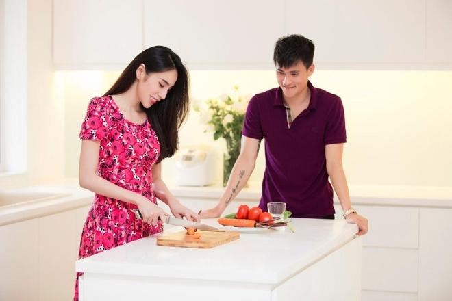 Thuy Tien va Cong Vinh tinh tu trong biet thu trieu do hinh anh 5 Mỗi khi Công Vinh về nhà, Thủy Tiên thường tự mình vào bếp để chuẩn bị bữa ăn cho cả gia đình.