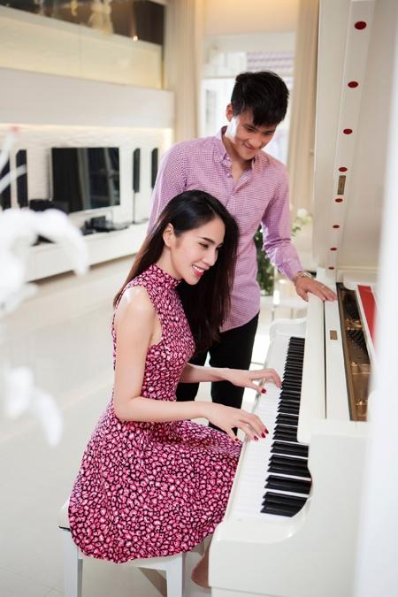 Thuy Tien va Cong Vinh tinh tu trong biet thu trieu do hinh anh 6 Công Vinh tiết lộ những lúc được đứng bên cây đàn piano thưởng thức những giai điệu trữ tình của bà xã luôn đem tới cho anh cảm giác bình yên và giải tỏa stress.
