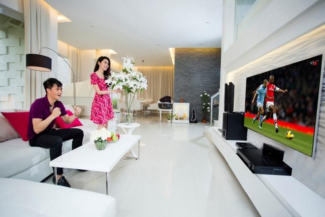 Thuy Tien va Cong Vinh tinh tu trong biet thu trieu do hinh anh 7 Bên cạnh đó, không gian phòng khách cũng được cặp đôi chăm chút tỉ mỉ với tivi được đặt ở vị trí trung tâm, tiện lợi cho cả gia đình vừa chuyện trò vừa theo dõi những chương trình truyền hình hấp dẫn.