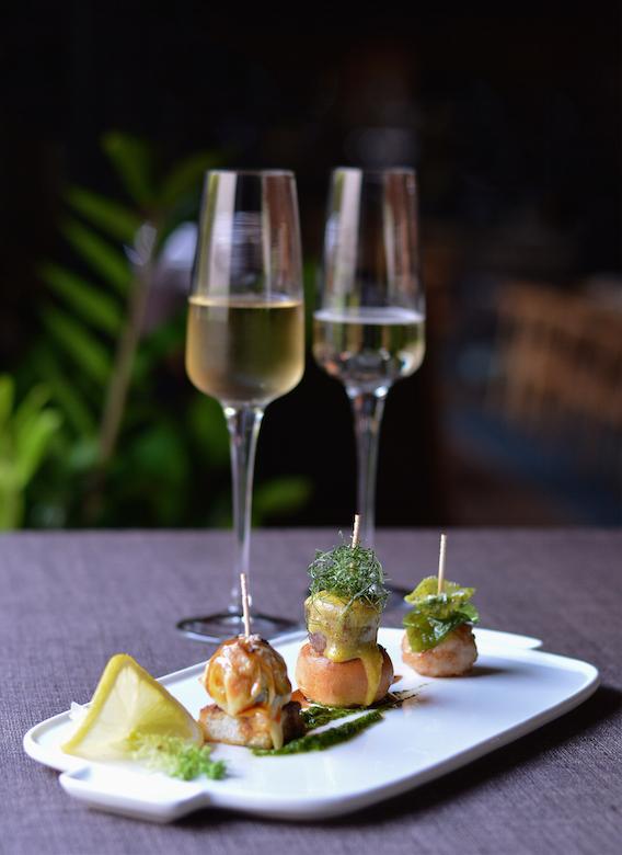Nha hang The Log - diem den ly tuong cho le Tinh nhan hinh anh 4 Rượu champagn và canapé dành cho 2 người phục vụ trước tiệc.
