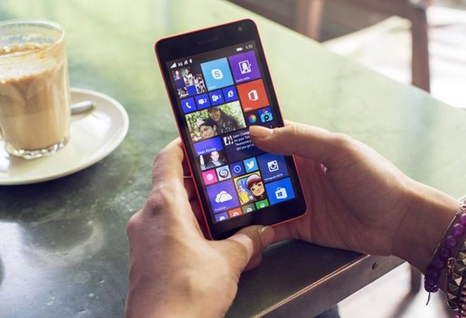 Nhung smartphone tam gia duoi 4 trieu hut khach dip Tet nay hinh anh 2 Lumia 535 có thiết kế bắt mắt với màn hình lớn 5 inch và 2 camera trước sau đều 5 MP.