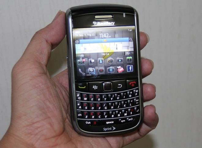 Blackberry 9650: San pham dang mua tam gia duoi 2 trieu dong hinh anh