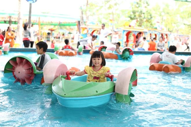 Các trò chơi như hồ thuyền chèo, máy bay, xe lửa cổ tích... đều có tại khu vực giải trí dành cho trẻ em.