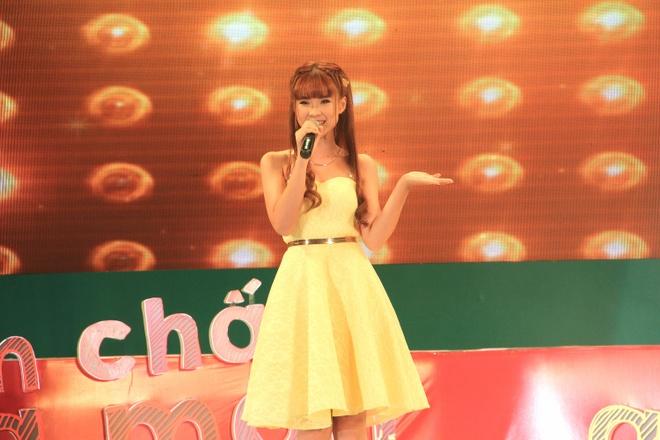 Ca khúc tỏ tình Hey boy của Khởi My nhận được sự cổ vũ nhiệt tình của các cặp đôi tham gia Đêm hội Cornetto Valentine 2015 tại Thảo Cầm Viên, TP HCM.