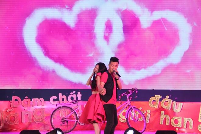 """Thể hiện chất lãng mạn truyền thống """"sến tới bến"""", Khổng Tú Quỳnh và Ngô Kiến Huy xuất hiện với bộ trang phục màu hồng, chở nhau trên chiếc xe đạp đôi tiến vào sân khấu."""