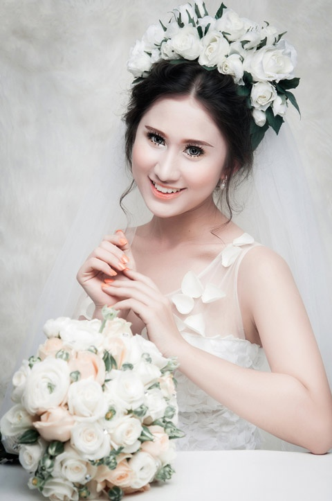 Phong cach trang diem co dau nhe nhang cua Khai Thien hinh anh 1 Khải Thiên chuộng phong cách trang điểm cưới nhẹ nhàng, tôn vinh vẻ đẹp tự nhiên. Lớp nền mỏng và các gam màu sáng giúp cô dâu khoe được làn da mịn màng, khỏe khoắn.