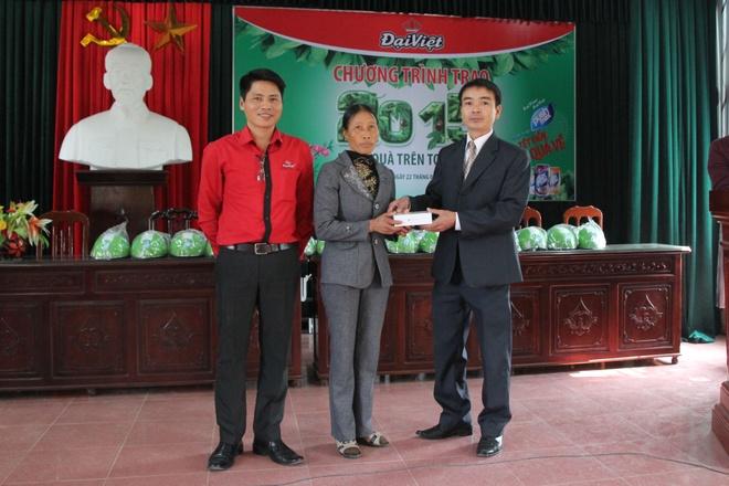 Cô Nguyễn Thị Lĩnh bồi hồi nhận chiếc Iphone 6 từ đại diện nhãn hàng nước trái cây Pushmax (thuộc thương hiệu bia – rượu – nước giải khát Đại Việt)