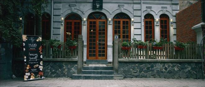 """Goc am thuc chau Au giua long Ha Noi hinh anh 1   Nằm tại số 9 Nguyễn Khắc Cần, Nhà ấm cúng và thân thiện đúng như slogan của quán: """"Hãy tự nhiên như ở nhà""""."""