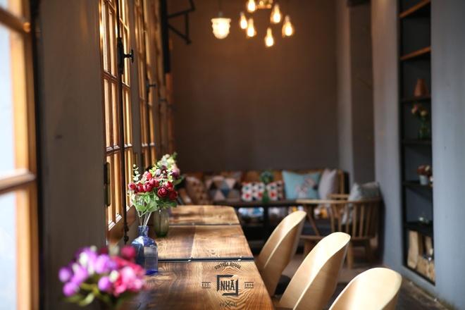Goc am thuc chau Au giua long Ha Noi hinh anh 7  Khu vực dành cho khách đi một mình hoặc đến làm việc ngay cạnh cửa sổ.