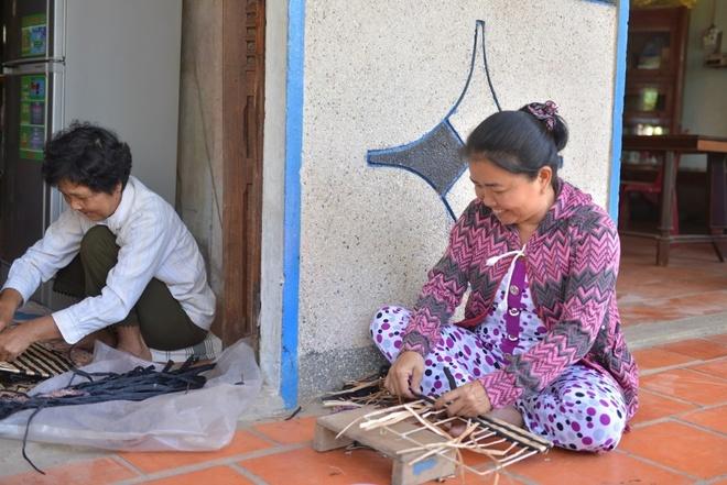 Phu nu Vinh Long thay doi cuoc song nho tiet kiem nhom hinh anh 1 Với cơ sở đan nát nhỏ, đời sống gia đình chị Phí được cải thiện đáng kể, có đồng ra đồng vào và tiết kiệm được một khoản nhỏ.