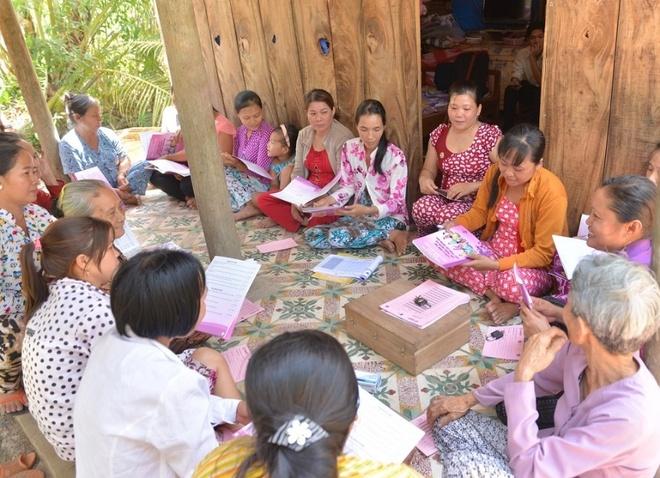 Phu nu Vinh Long thay doi cuoc song nho tiet kiem nhom hinh anh 2 Nhiều chị em phụ nữ đã tham gia thành lập nhóm mới, bắt đầu những bài học về hình thành nhóm, quản lý sổ sách, từ đó học tiết kiệm, cho vay và phát triển kinh doanh.