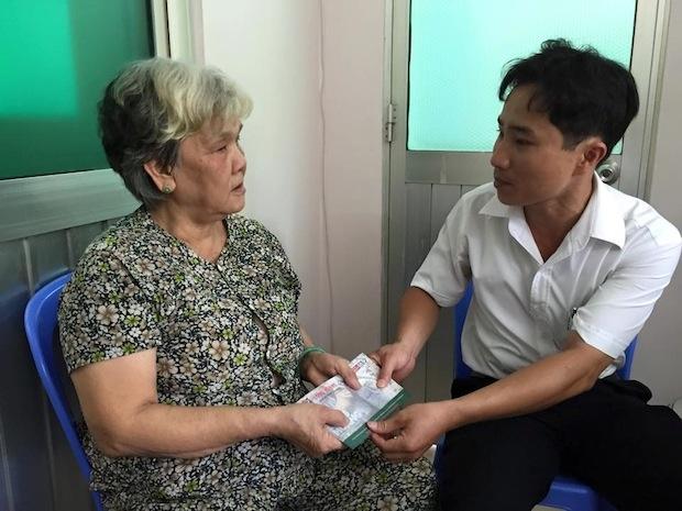 Anh Lê Minh Tuấn - Trợ lý của Tổng giám đốc Tập đoàn Bảo vệ Long Hoàng, Hoa hậu Quý bà Bùi Thị Hà - đến thăm hỏi và giao tận tay gia đình 2 bệnh nhi chi phí cho ca phẫu thuật.