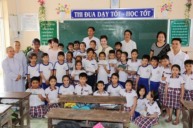 Hoa hau Quy ba Bui Thi Ha giup do nguoi dan tinh Bac Lieu hinh anh 8 Người đẹp cho biết sẽ cố gắng mỗi năm về tỉnh một lần để trao những món quà tinh thần động viên những mầm ươm tương lai của đất nước.
