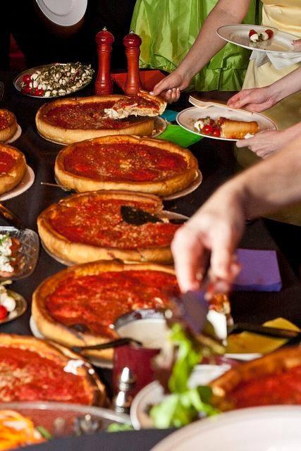 5 ly do thuc khach yeu thich pizza 'nhan nhoi' hinh anh 3 Hương vị này nhanh chóng hòa quyện với vị thơm ngậy, dai dai mà đậm đà của phô mai Mozzarella lừng danh thế giới, xen kẽ với chất tươi ngon của từng loại nhân bánh.