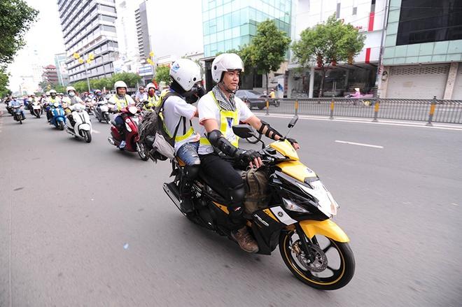 Các thành viên trong đoàn nhanh chóng lên đường đi qua TP.Tân An, tỉnh Long An để đến điểm đầu tiên là chùa Vĩnh Tràng,Tiền Giang.