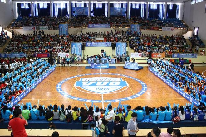 Hơn 2000 sinh viên phủ kín các khán đài trong mỗi trận đấu bóng đá và nhảy đối kháng.