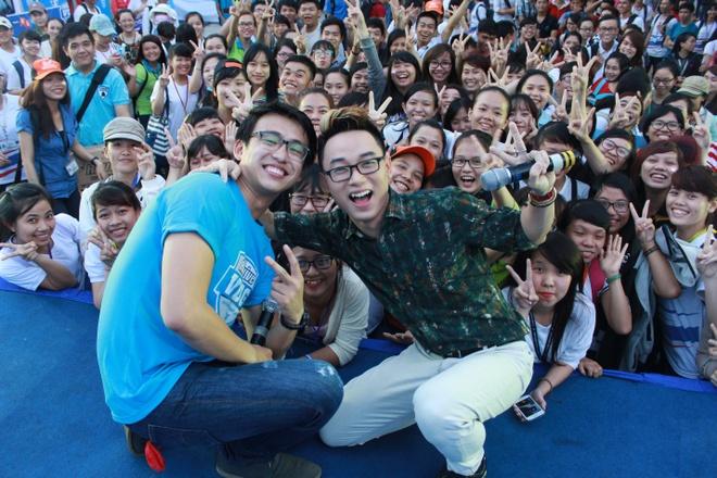 Ca sĩ Trúc Nhânvà VJ Quang Bảo cùng chụp hình với các bạn sinh viên.