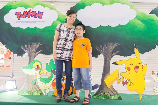 Co hoi gap go Pokemon tai Viet Nam trong mua he hinh anh 2 Khách hàng thích thú khi được chụp hình cùng các mô hình Pokémon ngộ nghĩnh tại AEON MALL Tân Phú Celadon
