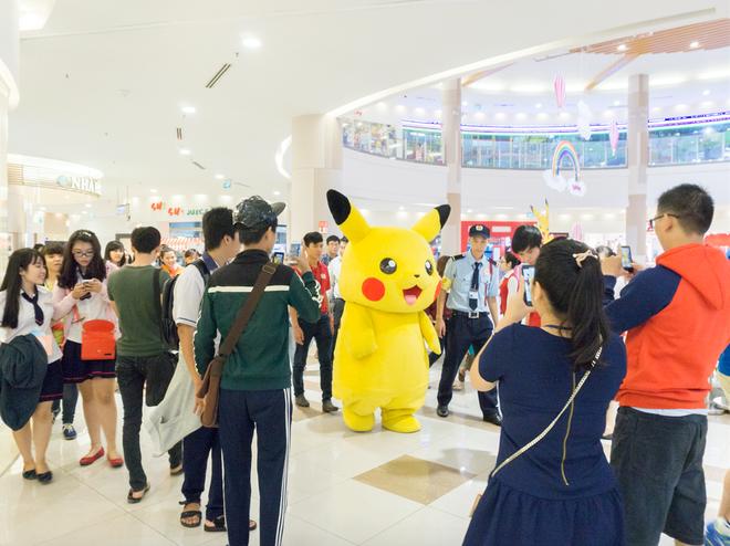 """Co hoi gap go Pokemon tai Viet Nam trong mua he hinh anh 4 Pikachu dễ thương đến từ Nhật Bản hớp hồn các bạn trẻ mỗi lần """"đi lạc"""" trong  AEON MALL Tân Phú Celadon"""