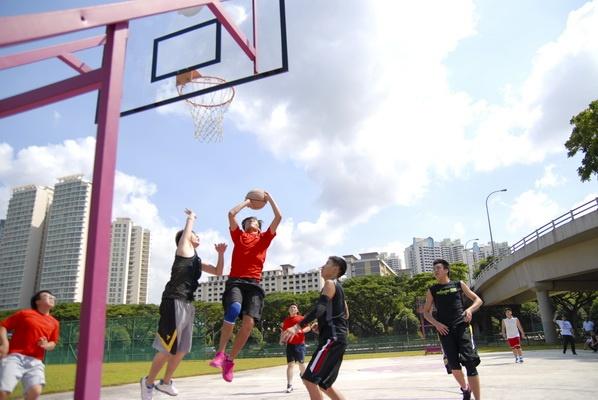 Sinh viên EASB chơi thể thao ngoài giờ học căng thẳng.