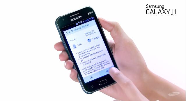 Chiếc điện thoại luôn là bạn đồng hành thân thiết của Isaac.
