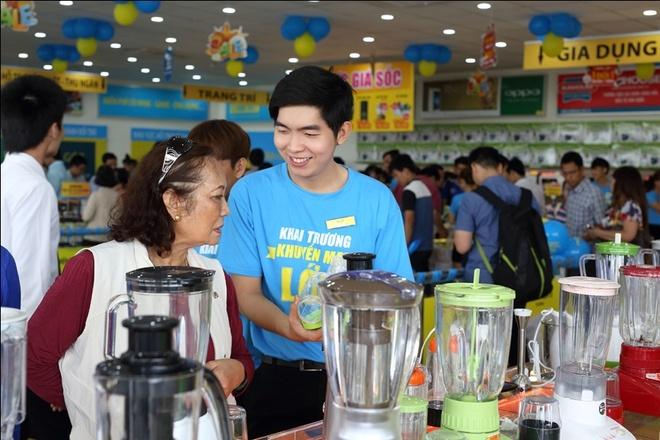 Lam sao de doanh nghiep giu chan khach hang? hinh anh 3 Nụ cười luôn thường trực và cung cách phục vụ thân thiện của nhân viên sẽ giúp giữ chân khách hàng.