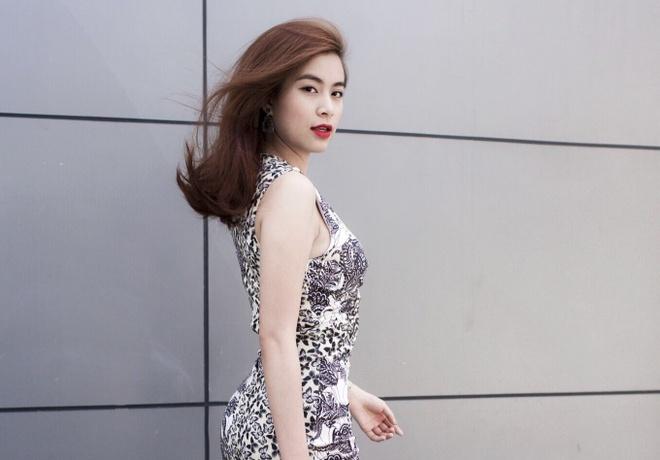 Hoang Thuy Linh kheo leo khoe duong cong tren pho hinh anh