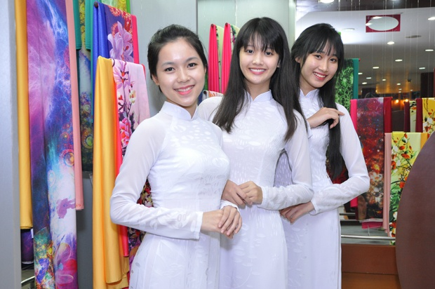 Top 20 Miss Ao dai Nu sinh Viet Nam tham showroom Thai Tuan hinh anh